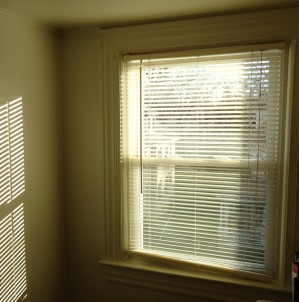 Pattern_of_light_on_wall_by_sun_through_blinds_plus_window